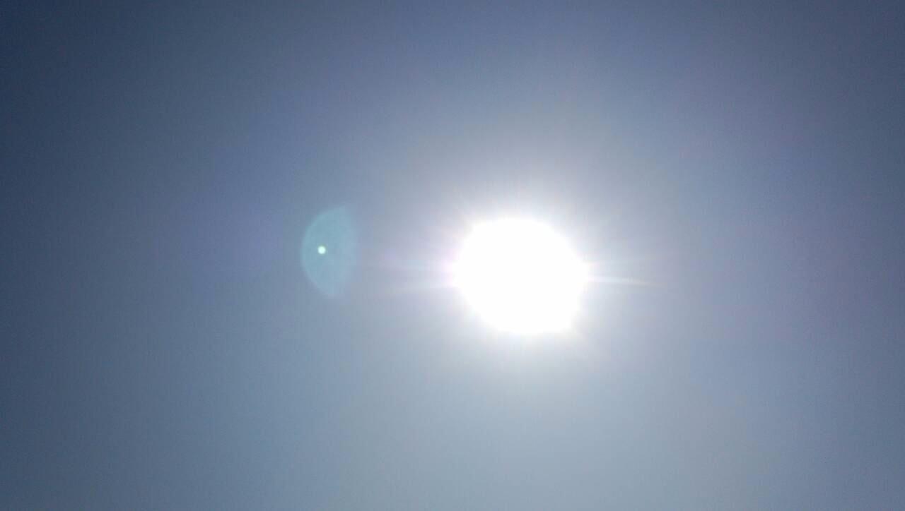水色の空に白い雲と半月1