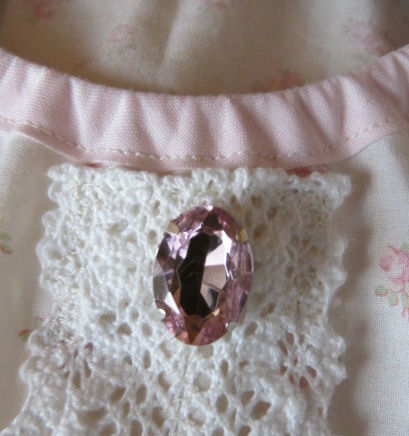 胸元にはピンクのビジュー♪