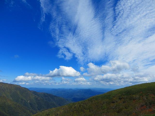 武利岳と武華山の間から