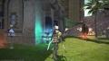 ハウスの庭で木人を相手に弓の練習をしている図