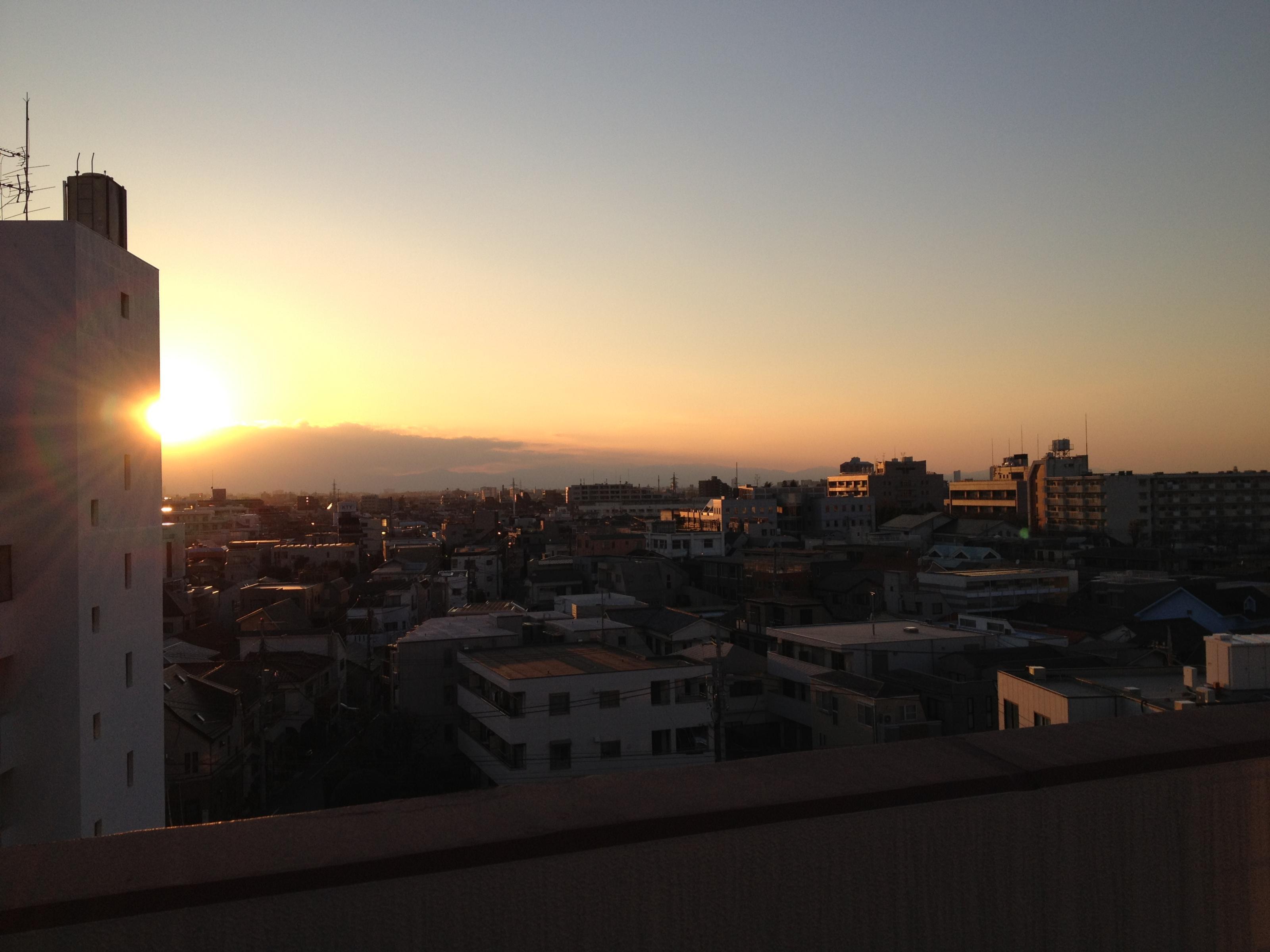 病院の屋上より夕陽を望む