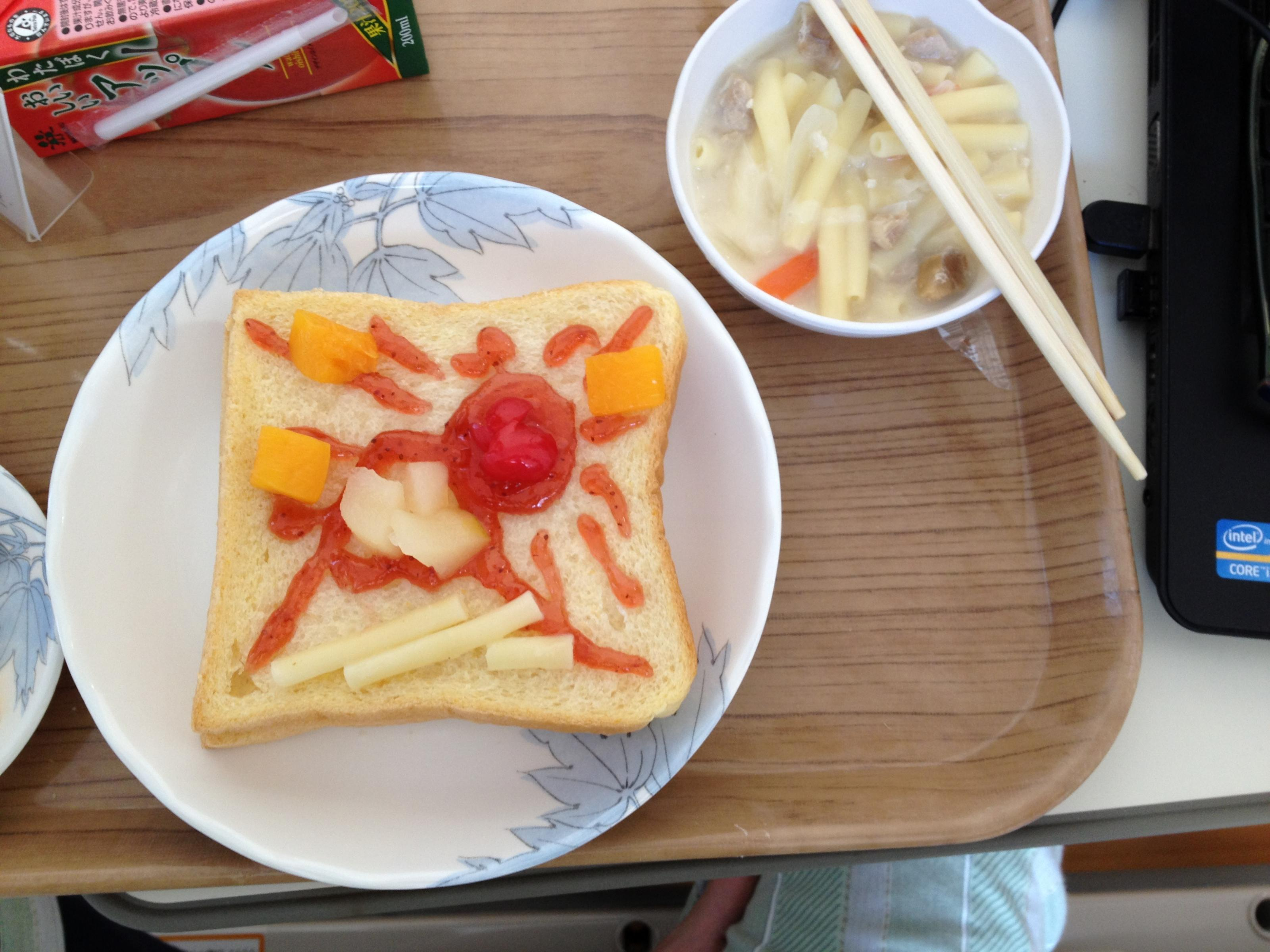 病院食、朝、生の食パンとサラダ
