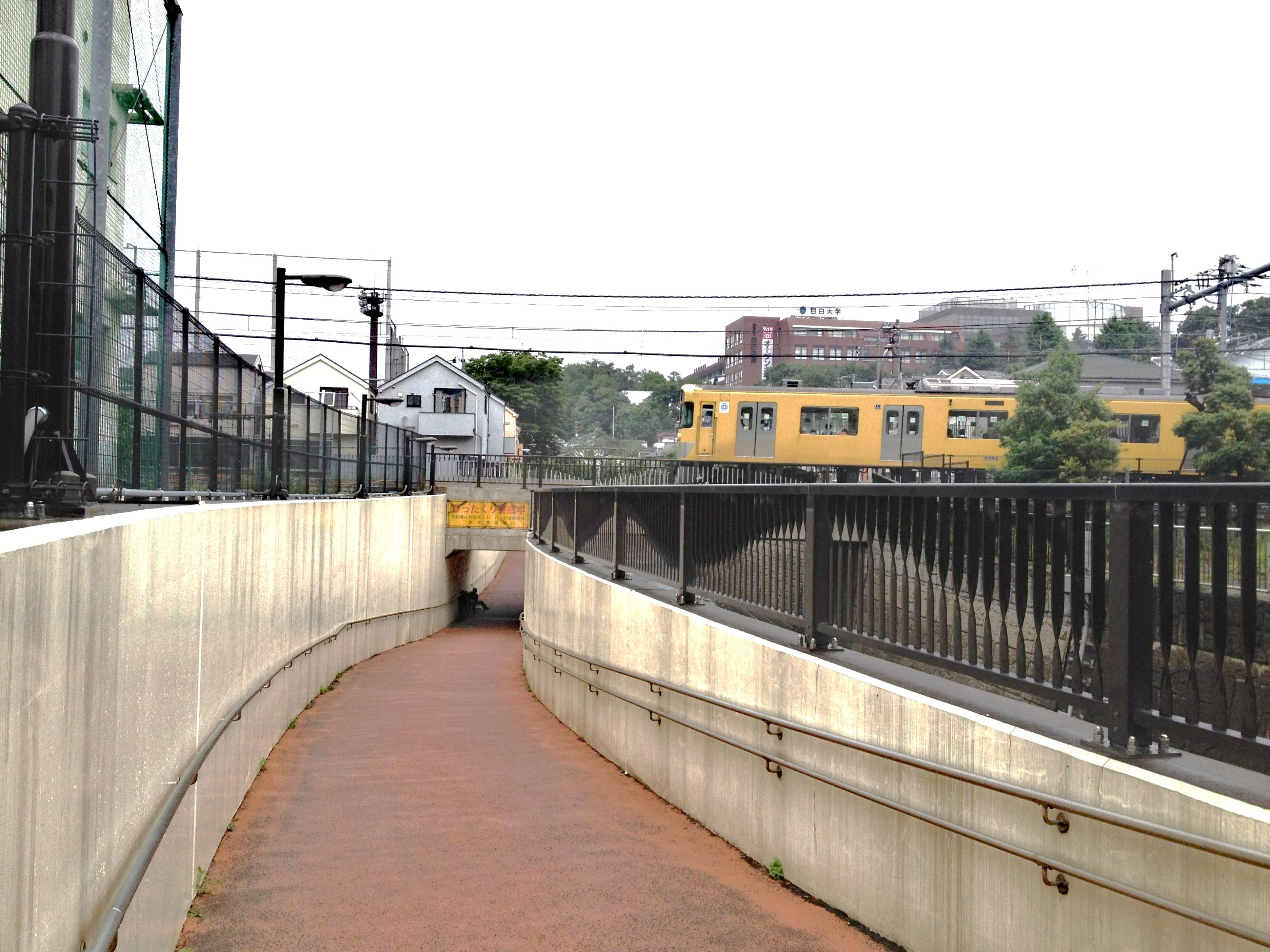 西武新宿線中井-新井薬師前間の南北ショートカット地下道