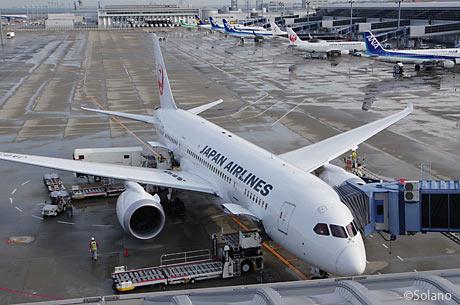 中部空港国内線スポットに駐機するJALのB787