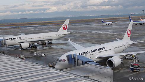 中部国際空港国内線、B777とB787の並び