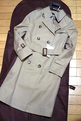 昨年と色違いのギャバ素材のコートです