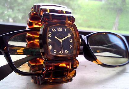 「Time Will Tell」のべっこう柄時計です