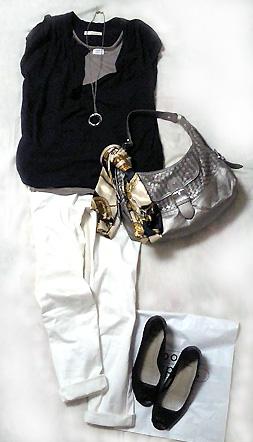紺のスキッパーシャツと白パンツ