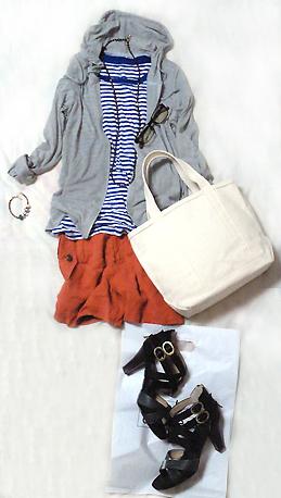 「青ボーダーTシャツ×オレンジショートパンツ」でリゾートカジュアル風コーデ