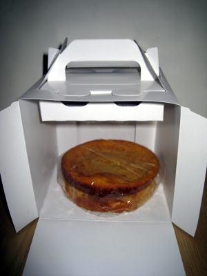 箱に入れたケーキ