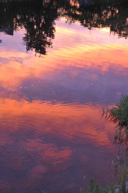 水面の茜雲