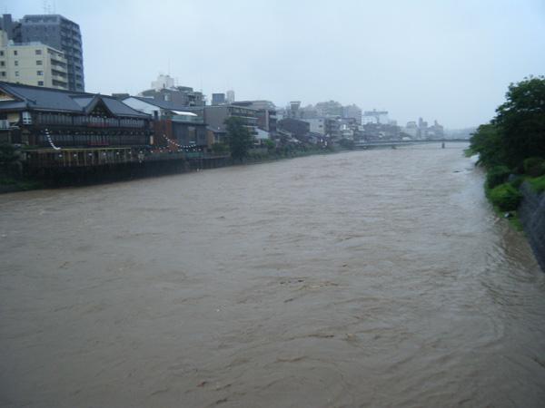鴨川大増水、五条大橋上から