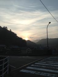 山から朝日