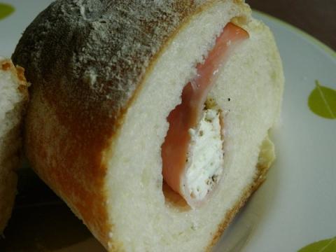 ハムとクリームチーズ入りのプチパン