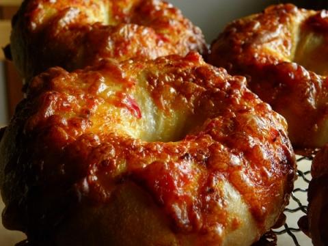 トマトとチーズベーグル