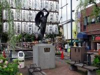 若者広場の彫刻「新風」