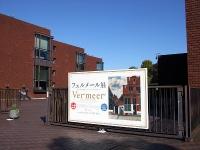 正門の《小路》と美術館の煉瓦