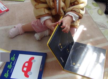 絵本を読む娘-1