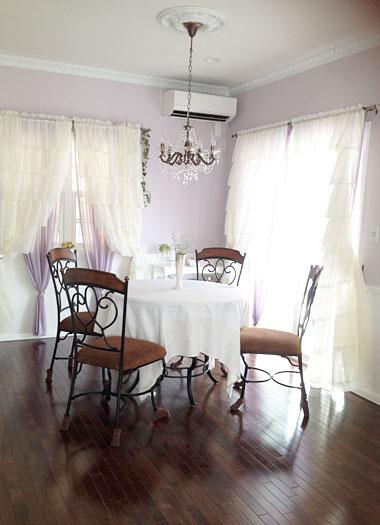 アシュレイ円形テーブルと輸入カーテン