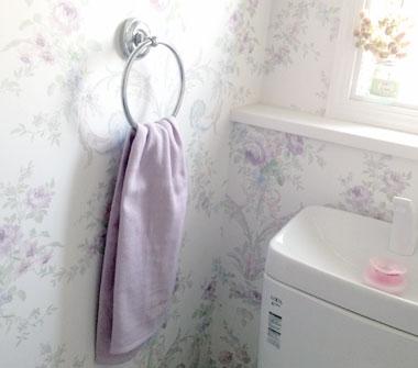 トイレ 輸入クロスとラベンダーカラーのタオル
