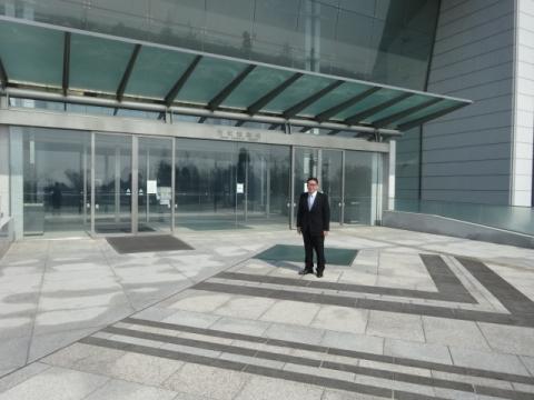 茨城県議会 議事堂前にて