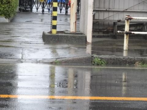 石岡市鹿の子バス停留所前水溜り問題 (2)