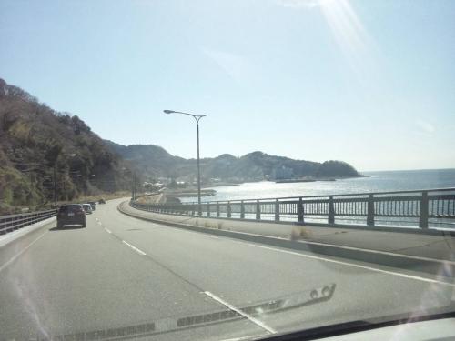 西伊豆へ向かう車中から伊豆の海辺が光り輝くアートを写真撮影した
