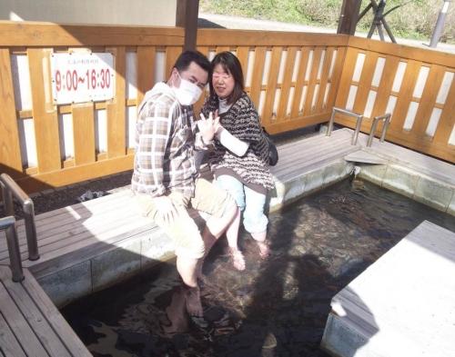 2014.3.22西伊豆の安城の足湯で嫁と足を入れながらポーズ写真です