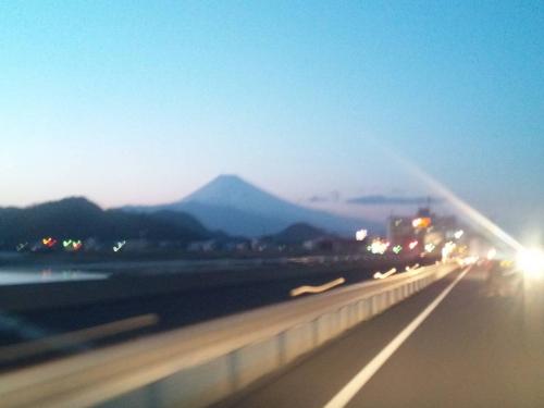 2014.3.22夕暮れの富士山をアート的写真を走行中に撮った