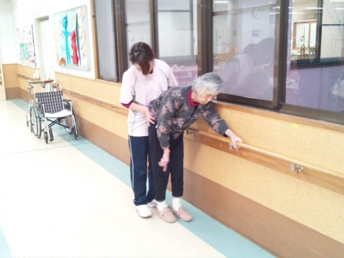 母が介護老人保健施設1階の作業療法室で歩行訓練をしてる様子をデジカメ撮影した