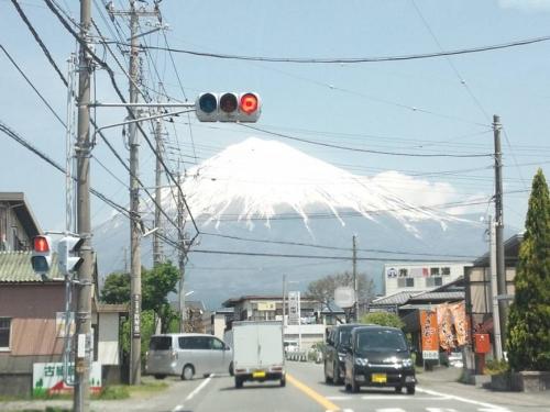 富士宮市に入り日本の柱たる富士山が壮大に見え付近に富士宮焼きそばの店があった