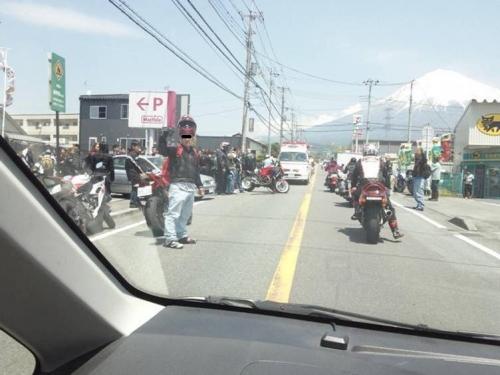 バイク事故現場に遭遇で救急車到着の様子だったのは富士宮のマックスバリュー店出入り口で