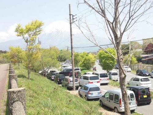ゴールデンウイークに富士宮市の田貫湖でキャンプする車の駐車場付近での渋滞を富士山が見下ろす