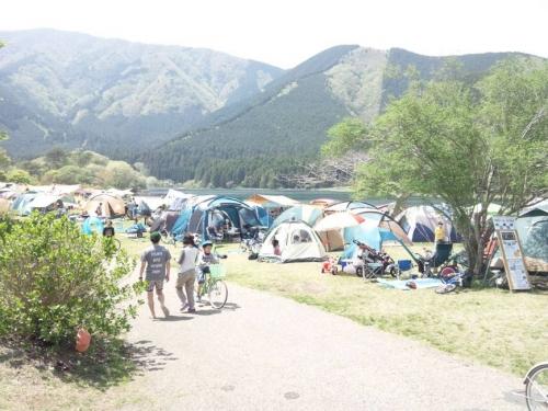湖のほとりのキャンプ場にテントを張り出してた光景