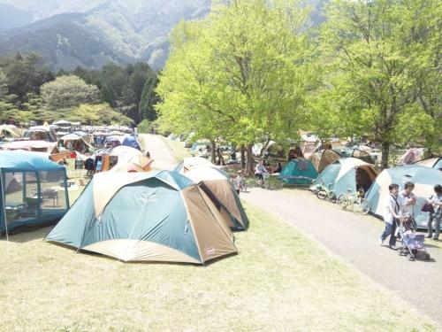 田貫湖のほとりの芝生へ多くのテントが張り出されたゴールデンウイークの光景