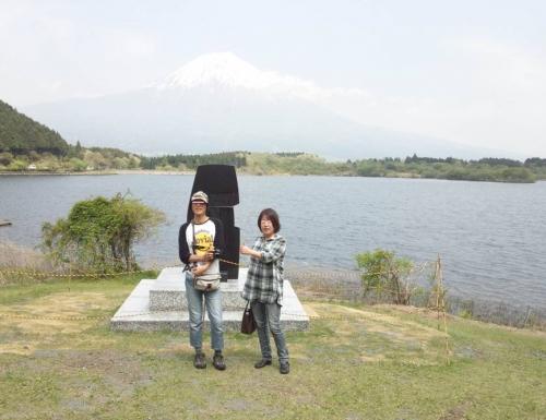 田貫湖の記念碑モニュメント設置工事中の前で記念写真だがココで逆さ富士撮影のポイントだろうか