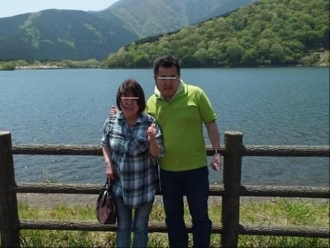 田貫湖の前で嫁と記念写真
