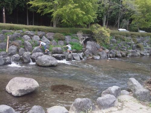 田貫湖の用水路で遊ぶ幼き兄妹も美しき光景かな