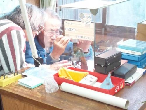 時計店で山本寛斎デザイン時計を修理中の写真画像