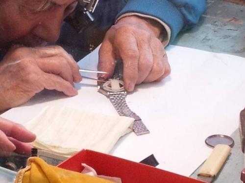 時計店で山本寛斎デザイン時計を修理中の様子の写真
