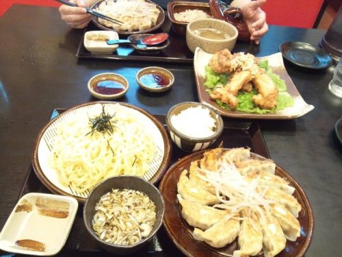 五味八珍で浜松餃子セットのつけ麺と五目チャーハンセットと若鶏の唐揚げを嫁と食べた写真
