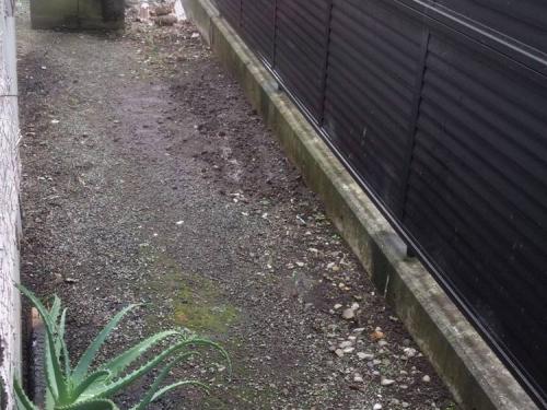 我が家の裏庭の幅は約1.2mでここへ何を家庭栽培するのか検討している現場の写真です