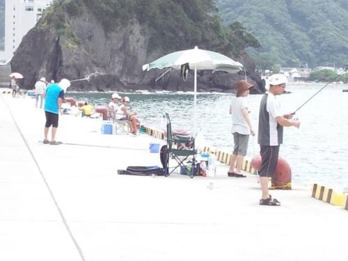 伊豆の松崎町のクロダイ釣れる釣り場も釣り人が多くなってきた光景をシャメりました