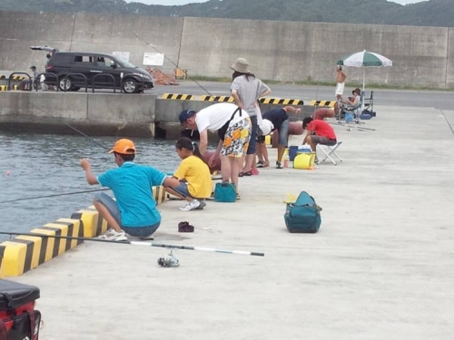 伊豆の松崎町の海の釣り場も家族連れが多くなってきた光景のシャメ写真です