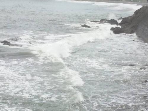 伊豆の松崎町の海も台風の影響で波が荒くなってきた光景をシャメ撮影
