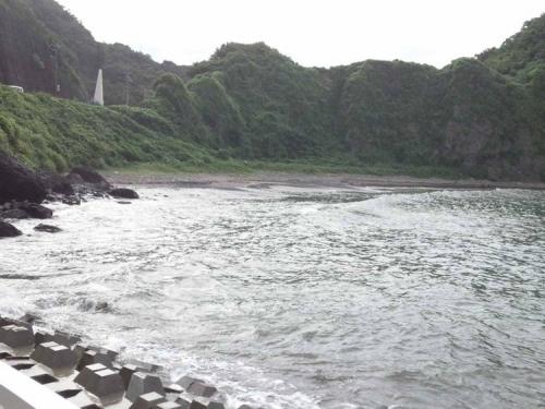 伊豆の松崎町に4つある釣り場の隣りの海水浴場も人が居なくなった寂しい光景をシャメ撮影した