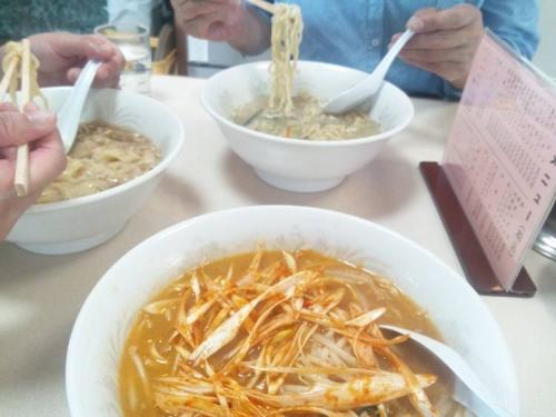 伊豆の松崎町の海釣りの帰りに美味いと噂のらーめん大慶で3人で好きならーめんを食べてる光景をシャメりました