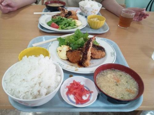 脳外科のレストランで昼食したB定食のご飯特盛りの俺と大盛りの嫁の写真です