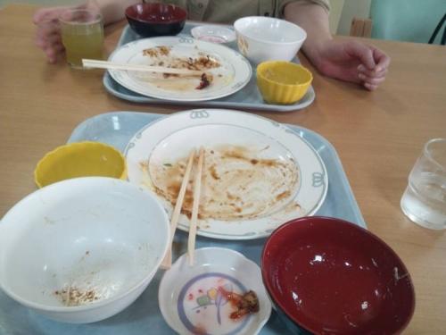 脳外科のレストランのB定食のご飯特盛りの俺と大盛りの嫁は完食した写真