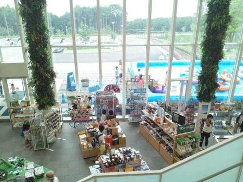 樹空の森ビジターセンター内部から外にはプール売店には昆虫や自衛隊グッズが販売されてた